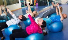Adultos que hacen aeróbicos con las bolas Foto de archivo