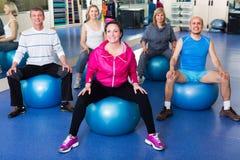 Adultos que hacen aeróbicos con las bolas Imagen de archivo libre de regalías