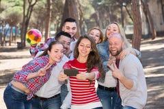 Adultos que hacen el selfie al aire libre Imagen de archivo