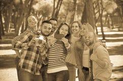 Adultos que hacen el selfie al aire libre Imágenes de archivo libres de regalías