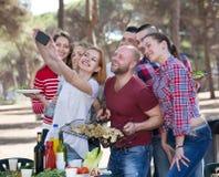Adultos que hacen el selfie en la comida campestre Fotografía de archivo