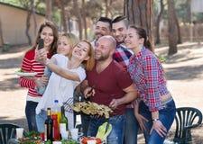 Adultos que hacen el selfie en la comida campestre Fotografía de archivo libre de regalías
