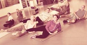 Adultos que hacen los pilates rutinarios Foto de archivo libre de regalías