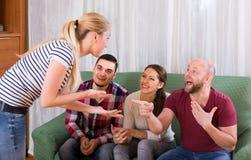 Adultos que jogam charadas Imagens de Stock Royalty Free