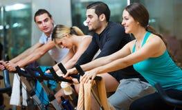 Adultos que montan las bicicletas inmóviles Foto de archivo libre de regalías