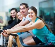 Adultos que montan las bicicletas inmóviles Imagen de archivo