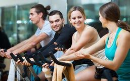 Adultos que montan las bicicletas inmóviles Foto de archivo