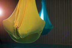 Adultos que practican la meditación de la yoga en hamacas Foto de archivo libre de regalías