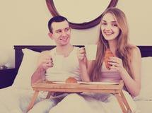 Adultos que presentan con café y pasteles para el desayuno Imagen de archivo