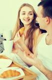 Adultos que presentan con café y pasteles para el desayuno Foto de archivo libre de regalías