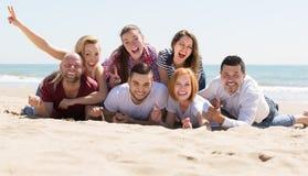 Adultos que se relajan en la playa arenosa Fotos de archivo