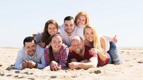 Adultos que se relajan en la playa arenosa Imagen de archivo