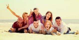 Adultos que se relajan en la playa arenosa Fotos de archivo libres de regalías