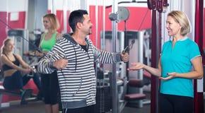 Adultos que se resuelven en gimnasio Imagenes de archivo