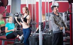 Adultos que se resuelven en gimnasio Fotos de archivo