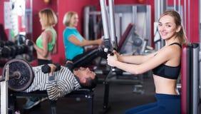 Adultos que se resuelven en gimnasio Fotografía de archivo