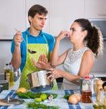 Adultos que sienten el olor asqueroso de la comida de la cazuela Fotos de archivo libres de regalías