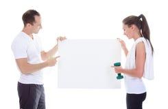 Adultos que sostienen una cartulina en estudio Fotos de archivo