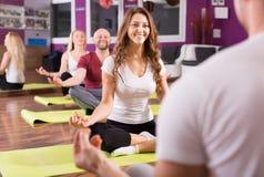 Adultos que tienen clase de la yoga Fotos de archivo libres de regalías