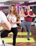 Adultos que tienen clase de la yoga Fotografía de archivo