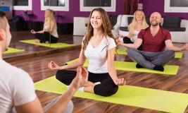 Adultos que tienen clase de la yoga Foto de archivo libre de regalías