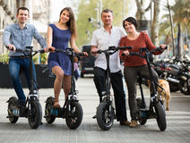 Adultos que viajan a través de ciudad en bicicletas Fotos de archivo