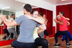 Adultos sonrientes que bailan bachata Fotos de archivo libres de regalías