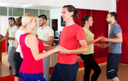 Adultos sonrientes que bailan bachata Foto de archivo libre de regalías