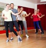 Adultos sonrientes que bailan bachata Imágenes de archivo libres de regalías