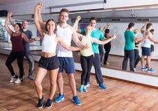 Adultos sonrientes que bailan bachata Fotografía de archivo