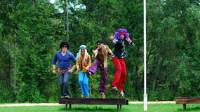 Adultos vestidos que saltan en aire Imagen de archivo