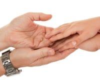 Adultos y las manos de los niños Imagen de archivo