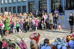 Adultos y niños con las flores Imagenes de archivo