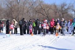 Adultos y niños en un ` del esquí Russia-2017 del ` del festival de los deportes Foto de archivo libre de regalías