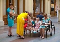 Adultos y niños que comen el helado Fotos de archivo