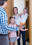 Adultos y niños que se encuentran en la entrada y que saludan uno otro Fotografía de archivo libre de regalías
