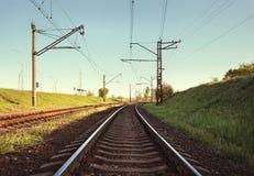 Ładunek taborowa platforma przy zmierzchem linia kolejowa stacja kolejowa Fotografia Royalty Free