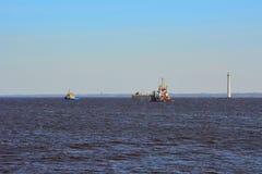 Ładunków statki w zatoce Finlandia blisko Kronstadt, St Petersburg, Rosja Obraz Royalty Free