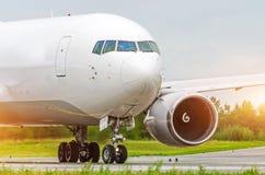 Ładunku Samolotowy taxiing przy lotniskiem Fotografia Royalty Free