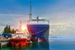 Ładunku statek i Tugboat w morzu Zdjęcia Stock