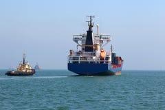 Ładunku statek idzie morze Zdjęcia Royalty Free