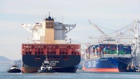 Ładunku statek MSC LETIZIA manewruje w port Oakland Obraz Stock