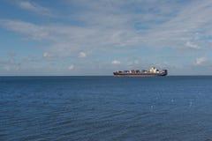 Ładunku statek Na oceanie Obrazy Stock