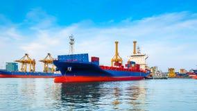 Ładunku statek opuszcza port Zdjęcie Royalty Free