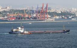 Ładunku statek w morzu Zdjęcia Royalty Free