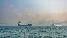 Ładunku statek w morzu w Hong Kong Zdjęcie Stock