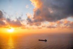 Ładunku statek w oceanie Zdjęcie Royalty Free