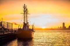 Ładunku statek w schronieniu przy reklama portem przy zmierzchu czasem Fotografia Royalty Free