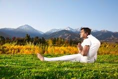 advance berg poserar yoga Arkivbilder