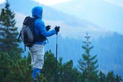 Advanture-Mann mit dem Rucksackwandern Stockfotografie